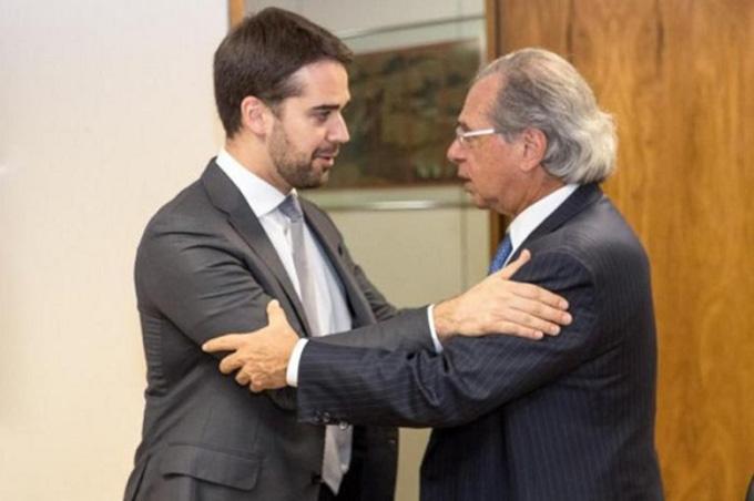 Eduardo Leite ao lado do ministro da Economia Paulo Guedes, que diz querer privatizar todas as estatais - Créditos: Foto: Rodger Timm / Palácio Piratini/Divulgação